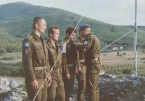Major Trněný předává medaile OSN vojákům z jednoho z odloučených stanovišť čs. praporu v Chorvatsku