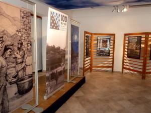 Zajímavým prvkem výstavy jsou velkoformátové panely s původními ilustracemi Jaroslava Brdy (FPM)