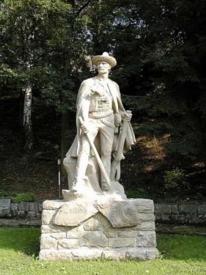Socha portáše v obci Jasenná z roku 1941 připomíná obránce valašského pomezí.
