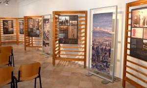 Původně venkovní expozice byla přizpůsobena pro prezentaci v prostorech sídla Nadace Cesty míru v Kobaridu (FPM)