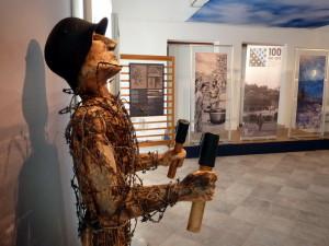 Dřevěnou sochu vytvořil Jan Torok, člen tolminského klubu vojenské historie generála Borojeviće (FPM)