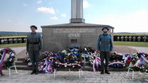 Čestná stráž u francouzsko-československého památníku v Darney po slavnostní ceremonii odpoledne 30. června 2018