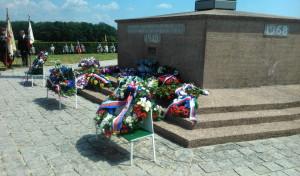 Věnce a květinové dary u francouzsko-československého památníku v Darney po slavnostní ceremonii odpoledne 30. června 2018