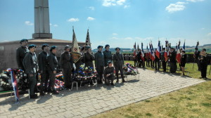 Zástupci Československé obce legionářské a francouzských veteránských asociací u francouzsko-československého památníku v Darney po slavnostní ceremonii odpoledne 30. června 2018