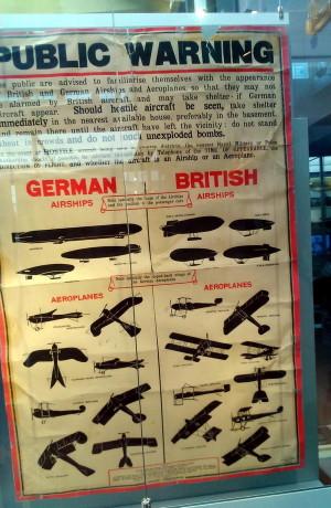 Britský plakát k rozpoznávání vlastních a cizích létajících objektů z doby první světové války jako exponát Zeppelin-Musea ve Friedrichshafenu