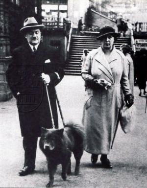 Alois Eliáš s manželkou Jaroslavou a psem Elčanem v Karlových Varech, polovina 30. let.