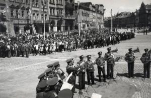 Hudba Vládního vojska hraje na Velkém náměstí v Hradci Králové při manifestaci dokazující věrnost nacistickým okupantům, polovina roku 1942