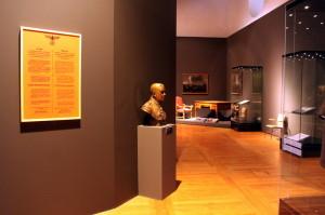 Část expozice, v popředí busta generála Eliáše