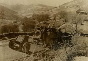 Německý dělostřelecký tahač Krupp Protze s protitankovým kanónem 3,7 cm PaK 36 jede po horské cestě v Jugoslávii nebo Řecku, jaro 1941