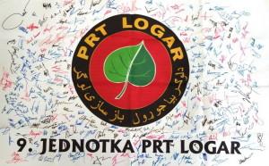 Podepsaná vlajka se znakem 9. jednotky PRT Logar