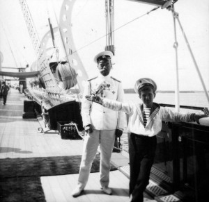 Ruský car Nikolaj II. s následníkem trůnu, carevičem Alexejem Nikolajevem, před první světovou válkou na palubě carské jachty Standart (Foto VÚA-VHA)