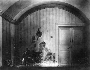 Stěna v přízemní místnosti Ipatěvova domu v Jekatěrinburku, poškozená střelbou při vraždě rodiny Romanovů (Foto VÚA-VHA)