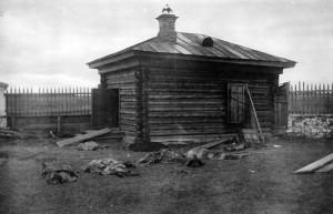 Těla zavražděných, exhumovaná ze šachty u Alapajevsku při vyšetřování na podzim 1918 (Foto VÚA-VHA)
