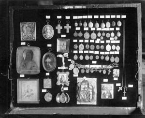 Předměty z majetku rodiny Romanovů, soustředěné v Jekatěrinburku při vyšetřování vraždy na podzim 1918 (Foto VÚA-VHA)