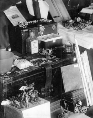 Předměty z majetku rodiny Romanovů, včetně hraček Alexeje Romanova, soustředěné v Jekatěrinburku při vyšetřování vraždy na podzim 1918 (Foto VÚA-VHA)