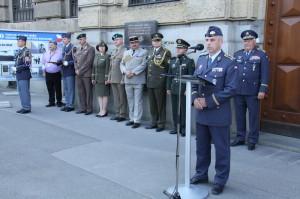 V popředí velitel Vzdušných sil Armády České republiky, brigádní generál Petr Hromek