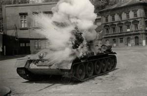 Sovětský tank T-34-85, jakoby zasažený na Klárově při natáčení filmu Osvobození Prahy