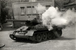 Sovětský tank T-34-85, jakoby zasažený při natáčení filmu Osvobození Prahy z roku 1975