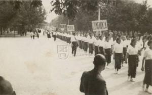 Ženy pochodují na přehlídce na počest interbrigád