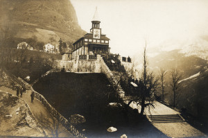 Pohřeb dvou padlých vojáků c. a k. pěšího pluku č. 66 v kostele svatého Ducha na planině Javorca 4. prosince 1917. (foto Tolminské muzeum)