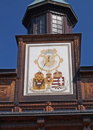 Sluneční hodiny na zvonici nesou rakousko-uherský státní znak a latinský nápis Pax (mír) (foto Tomáš Kykal)