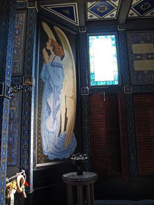 Jeden z andělů vymalovaný na pravé boční stěně u oltáře (foto Tomáš Kykal)