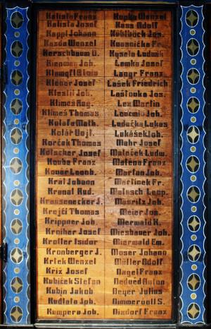 Dubové desky s vypálenými jmény – celkem je v kapli takto připomenuto 2565 padlých a zemřelých rakousko-uherských vojáků, z nichž nemálo má český původ (foto Tomáš Kykal)