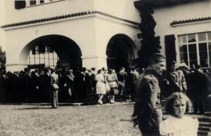 Fronta lidí před Benešovou vilou v Sezimově Ústí