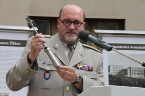 Ředitel VHÚ drží v ruce kladívko, kterým před devíti desítkami let zahájil stavbu muzea T. G. Masaryk