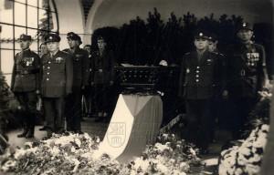 Rakev Edvarda Beneše s čestnou stráží v jeho vile v Sezimově Ústí