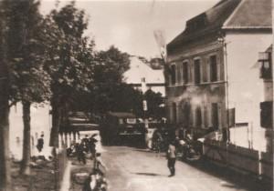 Unikátní snímek útoku henleinovců na dnešní Bublavu. V autokaru za hraniční závorou je již mrtvý strážmistr Falber.