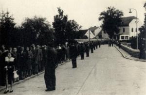 Zástup lidí, kteří se přišli do Sezimova Ústí poklonit ostatkům Edvarda Beneše