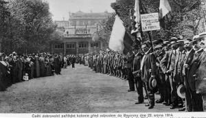 Odchod prvních českých dobrovolníků z Palais Royal v Paříži na nádraží, srpen 1914