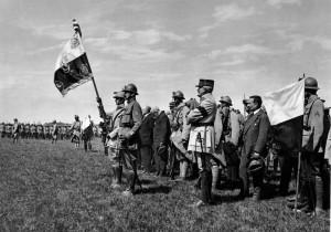 Francouzský president Poincaré předává 30. června 1918 v Darney prapor 21. čs. střeleckému pluku