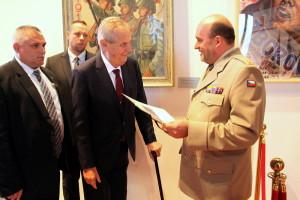 Prezident Miloš Zeman předává řediteli VHÚ Aleši Knížkovi fotografii svého dědečka s T. G. Masarykem