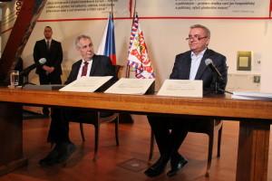 Miloš Zeman při tiskové konferenci na výstavě Založeno 1918 - Doteky státnosti. Vpravo kancléř Vratislav Mynář.