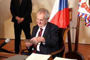 Prezident Miloš Zeman drží v rukou svůj prezidentský slib z roku 2018