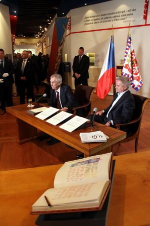 Miloš Zeman při tiskové konferenci na výstavě Založeno 1918 - Doteky státnosti.