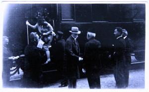 Prezident T. G. Masaryk na nádraží v Ústí nad Orlicí, vítá ho dědeček současného prezidenta Miloše Zemana