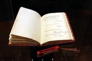 Slavnostní provedení zákona z roku 1920, kterým se uvozuje ústavní listina; dole pero pro ceremoniální účely, 30. léta 20. století.
