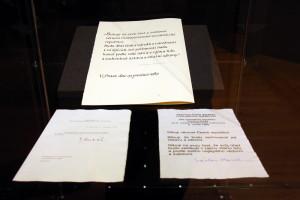 Vlevo dole abdikace Gustáva Husáka v prosinci 1989, nahoře prezidentský slib Václava Havla v prosinci 1989, vpravo slib V. Havla z roku 1993
