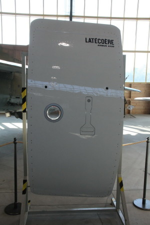 Dveře letounu Airbus, které firma vyrábí