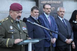Náčelník Generálního štábu AČR, generálporučík Aleš Opata, v pozadí tři autoři výstavy. Zleva Jindřich Marek, Karel Straka a Jaroslav Láník.