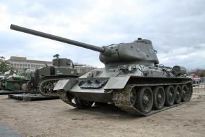 Tank T-34/85. Historické exponáty ze sbírek VHÚ na pražské Letné v rámci oslav 100. výročí založení republiky