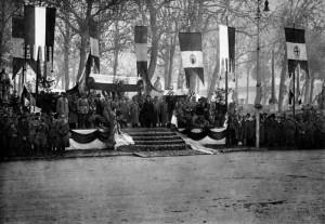 Italský král s důstojnickým sborem přehlíží defilé čs. armádního sboru po slavnostní přísaze čs. republice na náměstí v Padově, 8. prosinec 1918