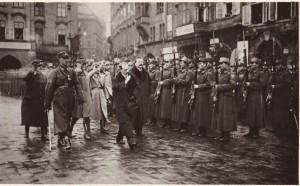 """Uvítání 1. čs. střeleckého pluku """"Mistra Jana Husi"""" v Praze na Staroměstském náměstí, únor 1920"""