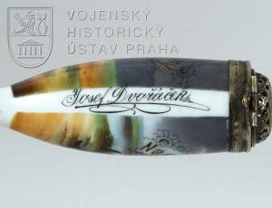 Torzo porcelánové dýmky nalezené při exhumaci těla československého legionáře