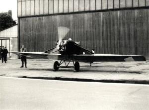 Zrenovovaný kurýrní letoun Avia Bk-11 se spuštěným motorem ve Kbelích, konec 70. let až 80. léta