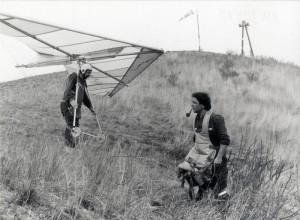 Členové Aeroklubu Raná s bezmotorovým rogalem na svahu, 60.-80. léta