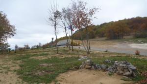 Pohled ze silnice Lički Osik – Korenica, v popředí stopy po původním umístění